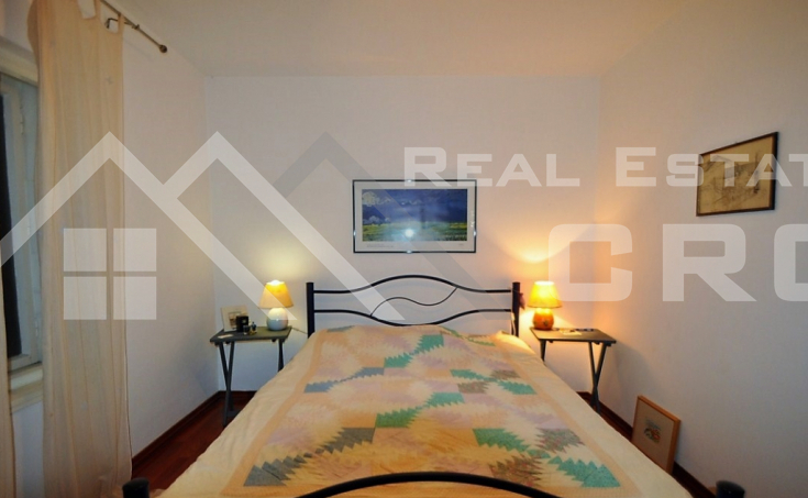 House for sale with courtyard and sea view, surroundings of Trogir (4)