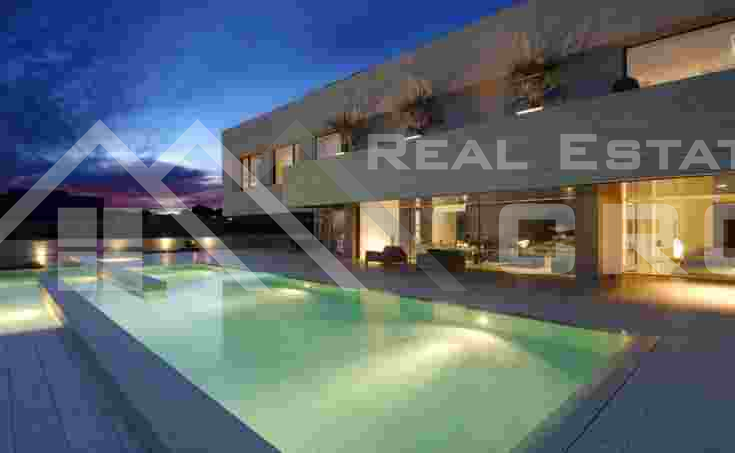 Građevinsko zemljište s građevinskom dozvolom za objekt od 1000 m2 u Hrvacama na prodaju