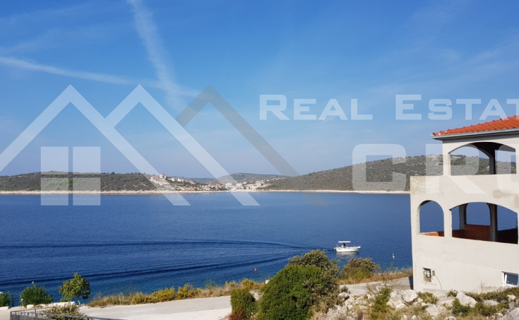 Villa in the first row to the sea for sale, vicinity of Rogoznica (1)