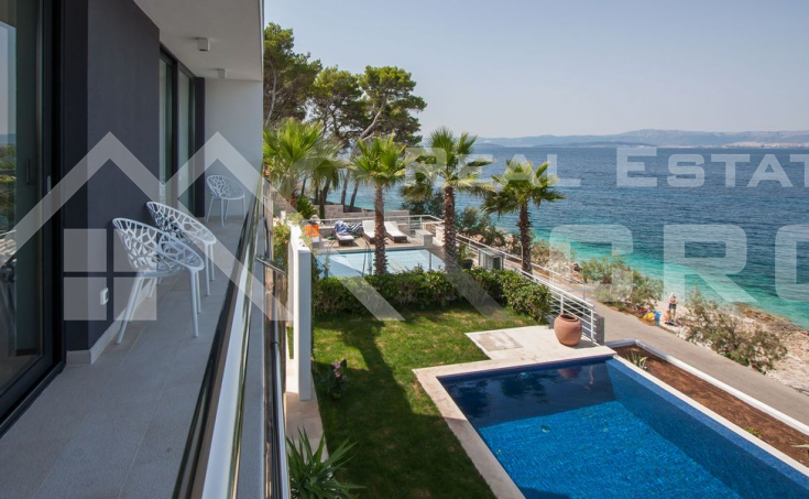 Luxurious villa in the first row to the sea for sale