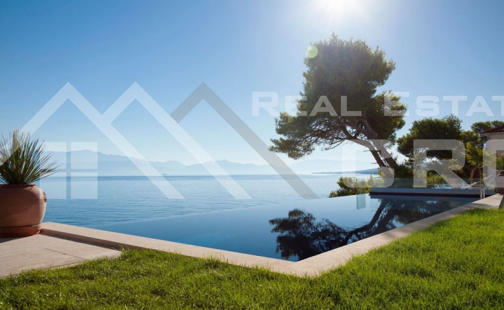 Luxurious villa in the first row to the sea for sale (5)