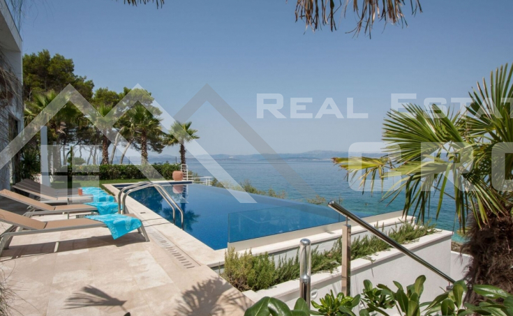 Luxurious villa in the first row to the sea for sale (6)