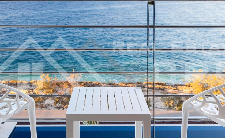 Luxurious villa in the first row to the sea for sale (8)