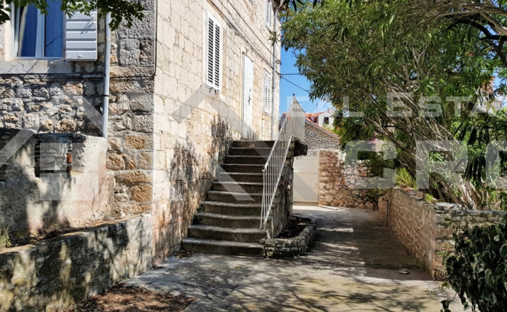 Old stone house with garden close to the sea in Sutivan for sale (2)