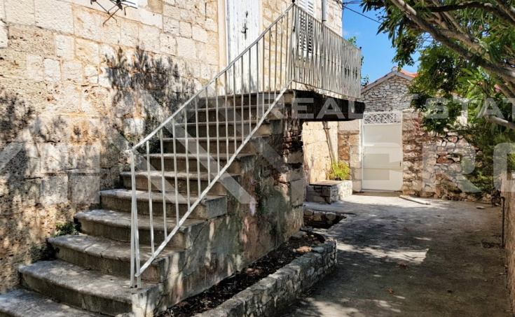 Old stone house with garden close to the sea in Sutivan for sale (3)