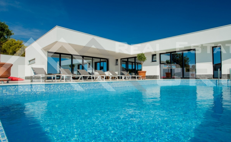 Korcula properties – Modern villa with overflow swimming pool in the first row to the sea on Korcula Island, for sale (16)