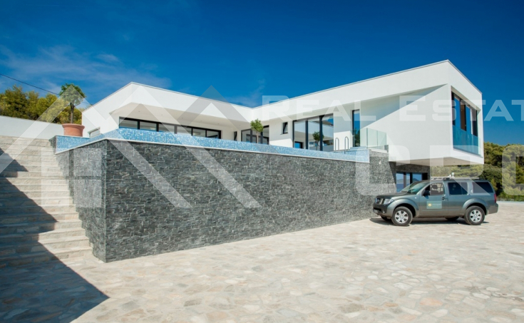 Korcula properties – Modern villa with overflow swimming pool in the first row to the sea on Korcula Island, for sale (17)