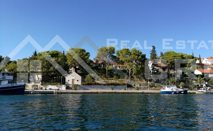 Nekretnine Brač – Samostojeća kuća s predivnom okućnicom i pogledom na more, otok Brač, na prodaju