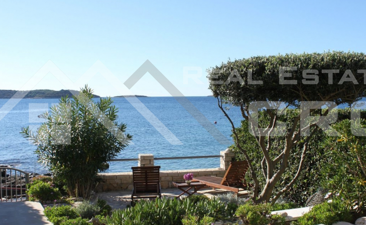 Vis Properties – Two villas in the first row to the sea, for sale
