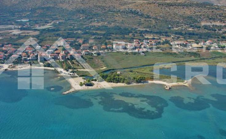 Nekretnine Trogir – Kuća s velikom okućnicom i prekrasnim pogledom na more na prodaju