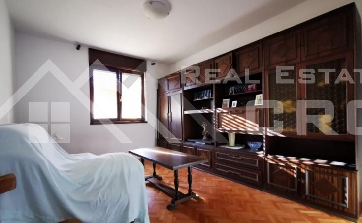 Samostojeća kuća s okućnicom na mirnoj lokaciji u Sinju (4)