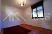 Samostojeća kuća s okućnicom na mirnoj lokaciji u Sinju (1)