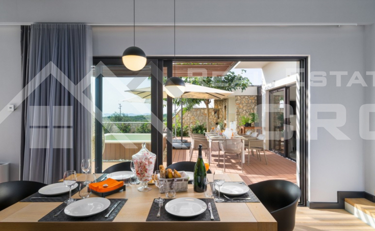 Luxurious villa with swimming pool and panoramic sea view (5)