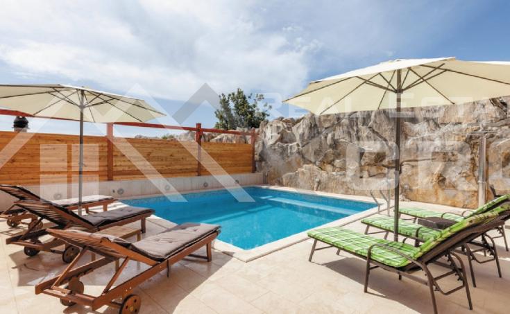 Nekretnine Split - Apartmanska vila s bazenom i pogledom na more, na prodaju
