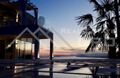Luxurious villa with swimming pool and magnificent sea view (1)