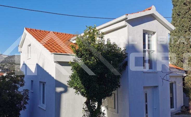 Nekretnine Trogir - Samostojeća kuća na atraktivnoj lokaciji, prvi red do mora okolica Trogira