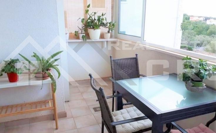 Nekretnine Brač - Namješten dvosoban stan s lijepim pogledom na more u Supetru, na prodaju