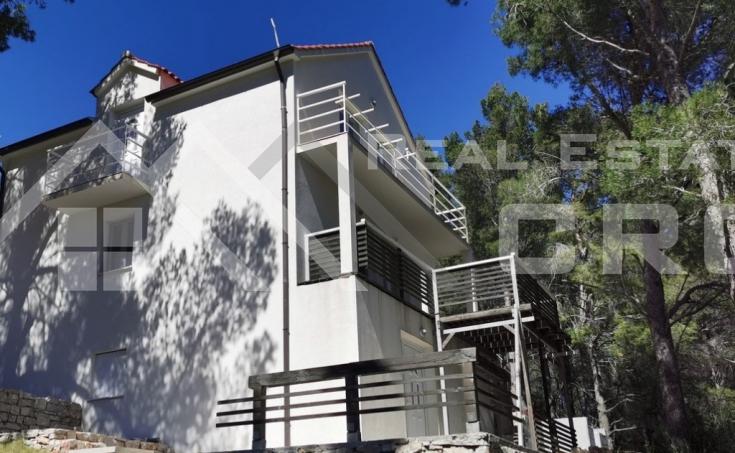 Nekretnine Brac - Samostojeća kuća s prekrasnim pogledom na more na prodaju
