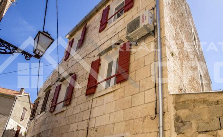 Nekretnine Vis - Kamena renovirana kuća u centru Komiže, na prodaju