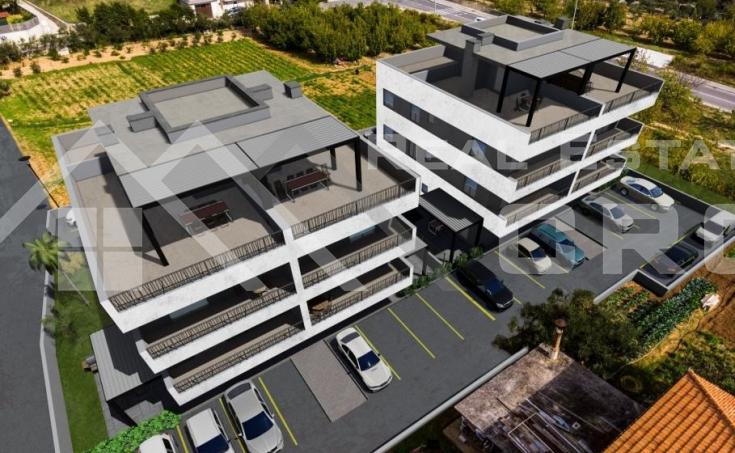 Nekretnine Trogir -  Komforan stan u izgradnji s terasom i pogledom na more na prodaju