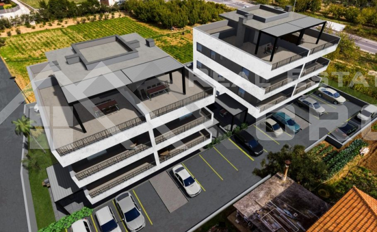 Nekretnine Trogir -  Moderan trosoban stan u izgradnji s terasom i pogledom na more, na prodaju