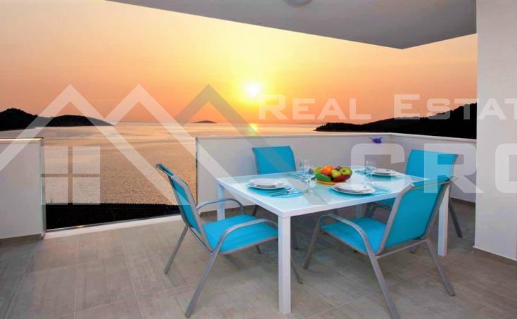 Nekretnine Rogoznica- Prekrasna apartmanska vila s pogledom na more na prodaju