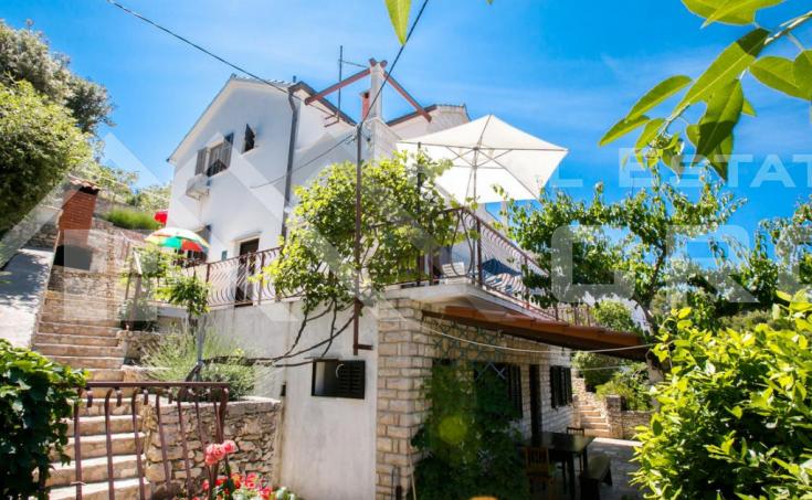 Nekretnine Brač - Prekrasna kuća u drugom redu do mora, na prodaju