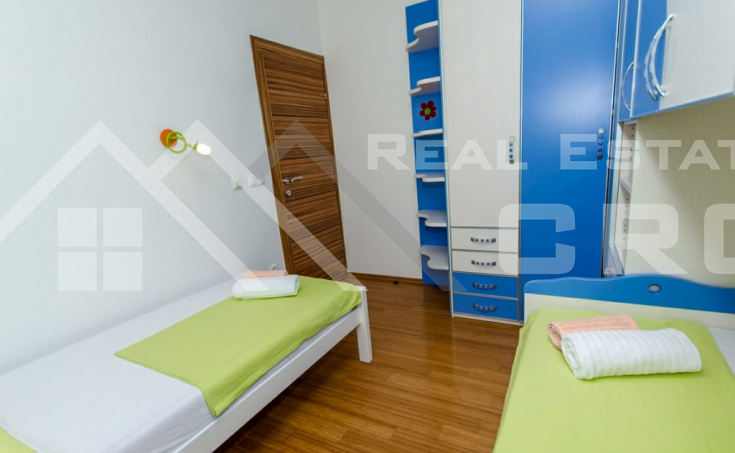 Completely furnished two-bedroom apartment with sea view, for sale (1)
