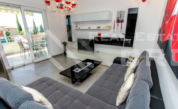 Ciovo Properties – Completely furnished two-bedroom apartment with sea view, for sale
