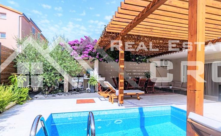 Nekretnine Split - Bogato opremljeni dvosobni stan s bazenom, okolica Splita, na prodaju