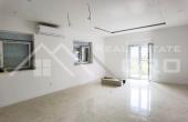 ST965, Nekretnine Split - Prostrani apartman s lođom i terasom u novoj stambenoj zgradi, okolica Splita, na prodaju
